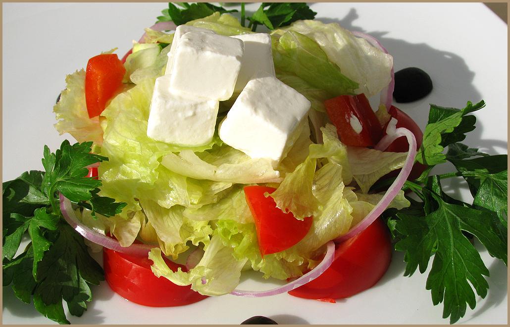 Греческий салат с салатом айсберг