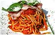 Спагетти в томатном соусе с беконом
